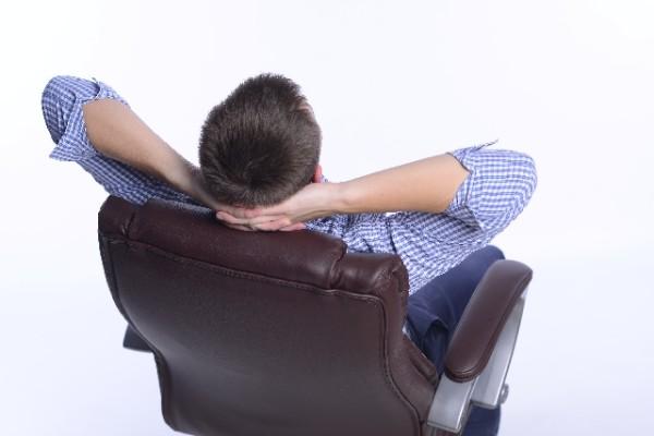 椅子に座る男性