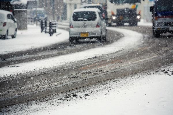 雪道を走行する車02