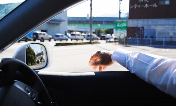 たばこ吸いながら運転